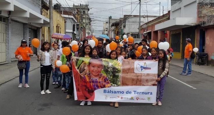 Decenas de menores recorrieron las calles del Centro Histórico en la Caminata Huellas de Ternura. (Foto Prensa Libre: @WorldVisionGt)