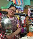 Elda Sacalxot, vendedora de granos básicos utiliza papel periódico en lugar de bolsas plásticas. (Foto Prensa Libre: Fred Rivera)
