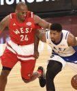 Paul George recibe la marcación de Kobe Bryant durante el Juego de las Estrellas realizado en Toronto, Canadá. (Foto Prensa Libre: AFP)