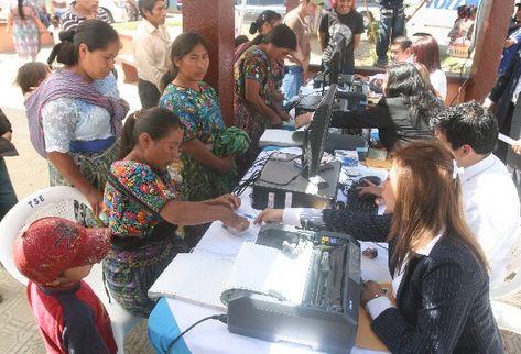 Mujeres de la aldea Santa María Cauqué, Santiago Sacatepéquez, actualizan sus datos en el RC. (Foto Prensa Libre: Archivo)