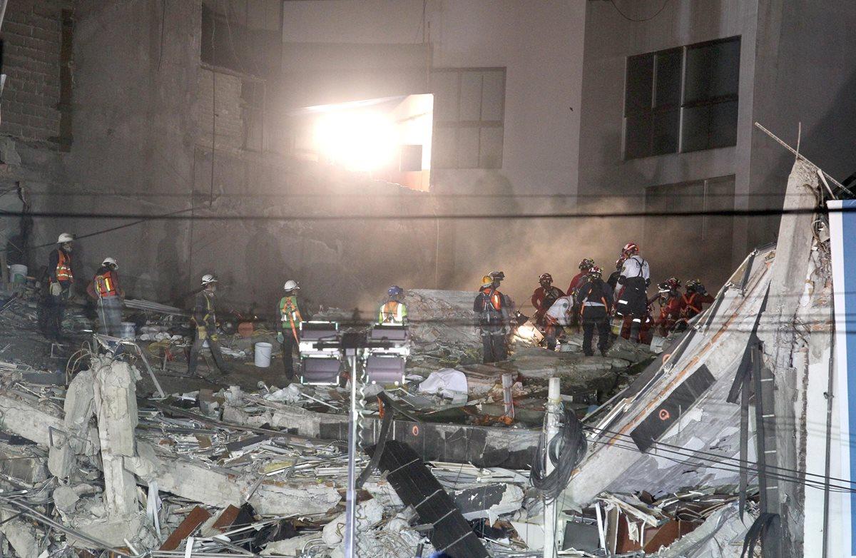 MEX010. CIUDAD DE MÉXICO (MÉXICO), 30/09/2017.- Integrantes de brigadas de rescate continúan hoy, sábado 30 de septiembre de 2017, con la extracción de cuerpos de personas que quedaron atrapadas en el edificio de la avenida Álvaro Obregón tras un terremoto, en Ciudad de México (México). El número de fallecidos en el terremoto del 19 de septiembre pasado en el centro de México subió en las últimas horas a 355, tras el hallazgo de varios cadáveres entre los escombros de un edificio capitalino donde aún trabajan los grupos de rescate. EFE/Ulises Ruiz Basurto