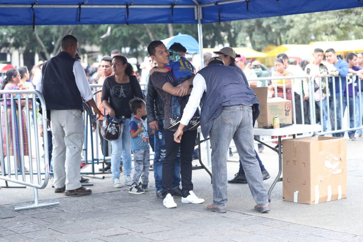 Los agentes de la SAAS registraban a las personas que deseaban ingresar al lugar en la Plaza de la Constitución para observar el desfile. (Foto Prensa Libre: Esbin García)