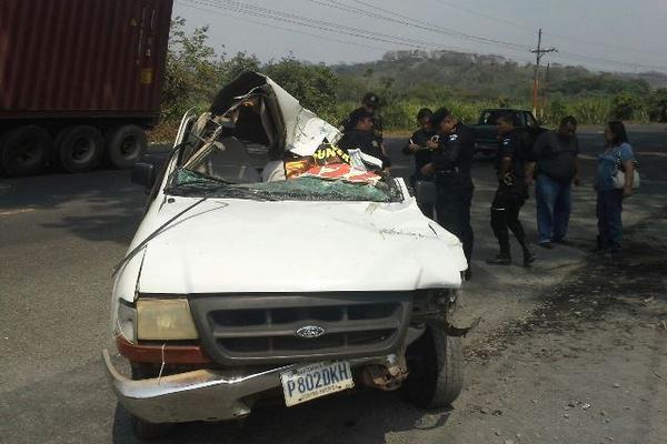 Vehículo en el que murió un hombre cuando chocó con un camión en Siquinalá, Escuintla. (Foto Prensa Libre: Carlos Enrique Paredes)