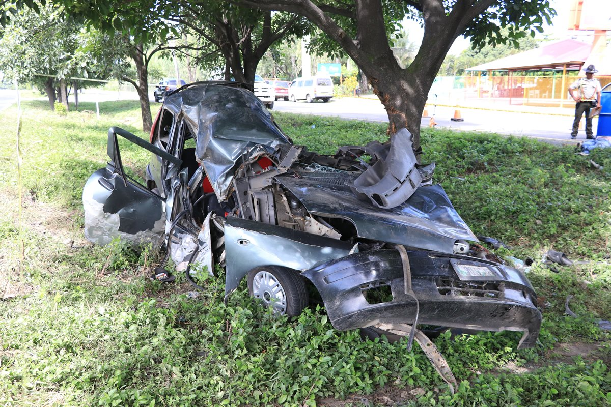 El vehículo impacto con un árbol lo que causo la muerte por politraumatismo del chófer y dos acompañantes. (Foto Prensa Libre:Enrique Paredes)