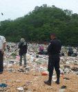 Agentes de la PNC resguardan el cuerpo de una pequeña de siete meses, hallado en un vertedero de Flores, Petén. (Foto Prensa Libre: Rigoberto Escobar)