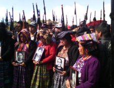 Personas recuerdan a víctima de matanza en la Cumbre de Alaska, en Santa Catarina Ixtahuacán, Sololá. (Foto Prensa Libre: @PrensaComunitaria)