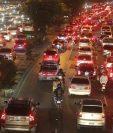 Las actividades de fin de año generan que aumente el tránsito en la capital. (Foto Prensa Libre: Hemeroteca PL).