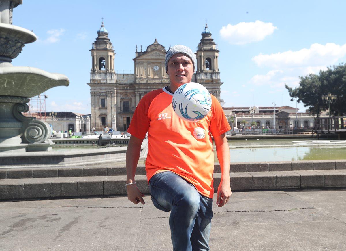 El defensa Roberto Cóbar luce con total optimismo y está en pleno proceso de recuperación. (Foto Prensa Libre: Edwin Fajardo).