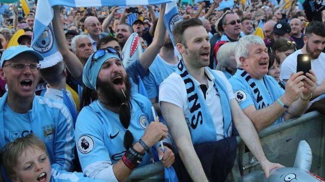 La réplica de la camiseta del Manchester City es una de las más cara entre los equipos de la Premier League inglesa. GETTY IMAGES