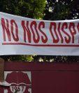 """Un manifestante sostiene una pancarta que dice """"No nos disparen"""" durante una marcha en la que se solicita al presidente nicaragüense Daniel Ortega y su esposa, la vicepresidenta Rosario Murillo, que renuncien. (Foto Prensa Libre: AFP)"""