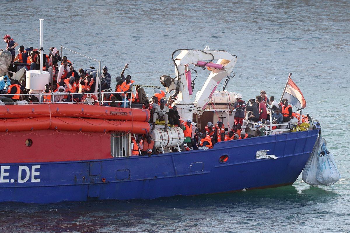 El barco Lifeline con 230 inmigrantes llega a Malta tras seis días de espera y Portugal ofrece recibirlos. (Foto Prensa Libre:EFE).