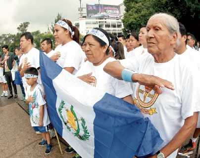 Luis Rufino Vásquez Figueroa participa en un acto cívico en El Obelisco, zona 10, junto al grupo que lo acompaña desde Panajachel, Sololá.