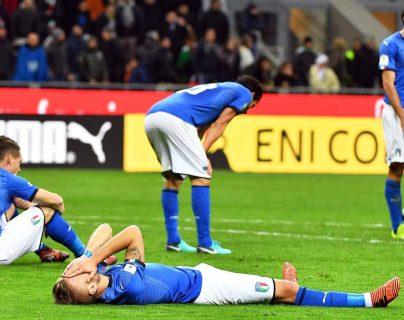Jugadores de la selección de Italia se lamentan luego que concluye el duelo frente a Suecia. (Foto Prensa Libre: AFP)