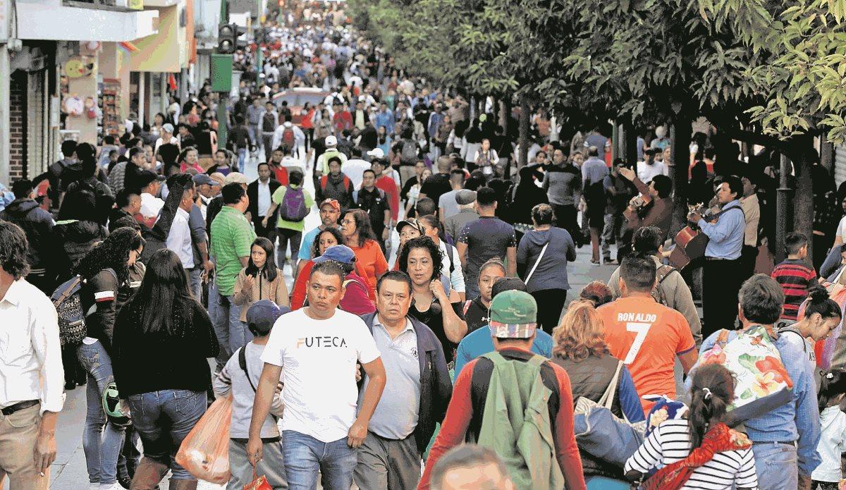 En aglomeraciones se recomienda no llevar billeteras en la bolsa trasera del pantalón, indica la PNC. (Foto Prensa Libre: Esbin García)