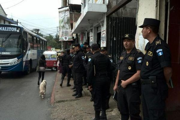 Fuerte dispositivo de seguridad en Canalitos, zona 24. (Foto Prensa Libre: Estuardo Paredes)