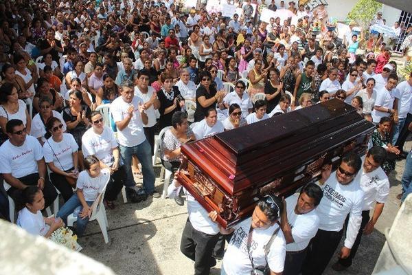 Periodistas de medios de comunicación de Mazatenango cargan el ataúd con los restos del comunicador Carlos Alberto Orellana. (Foto Prensa Libre: Danilo López).