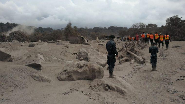 Socorristas realizan la búsqueda de víctimas en la zona de la tragedia. (Foto Prensa Libre: Erick Ávila)