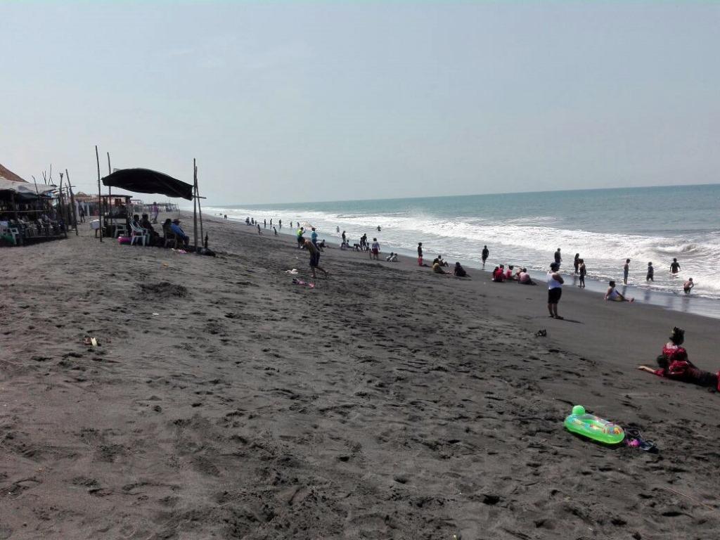 La playa de Champerico amanecía limpia, pues empleados municipales retiraban los desechos en la madrugada. (Foto Prensa Libre: Rolando Miranda)