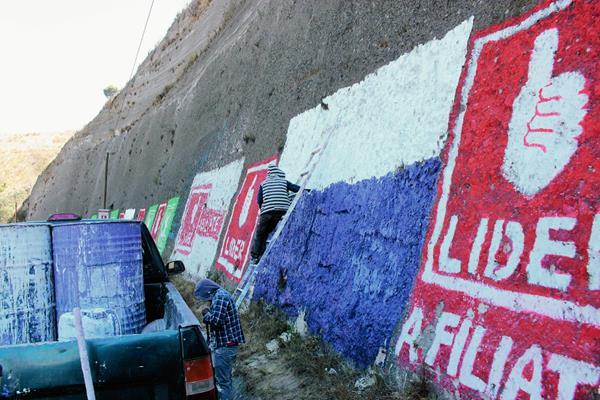 En la época de campaña es común que los partidos políticos pinten paredones y cunetas en carreteras, esto ahora será prohibido en Totonicapán. (Foto Prensa Libre: Archivo)