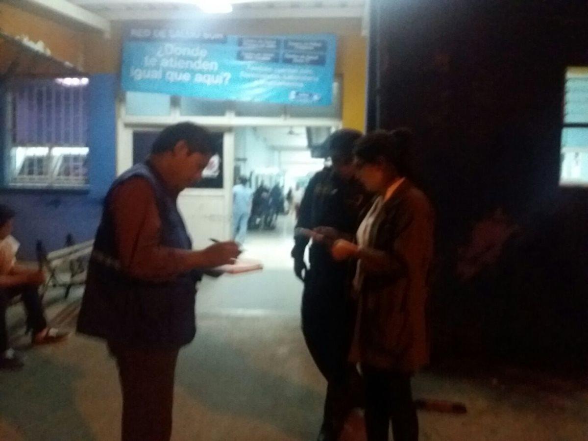 Oficiales de la Procuraduría de los Derechos Humanos supervisan la situación en el Hospital Nacional de Amatitlán. (Foto Prensa Libre: PDH)
