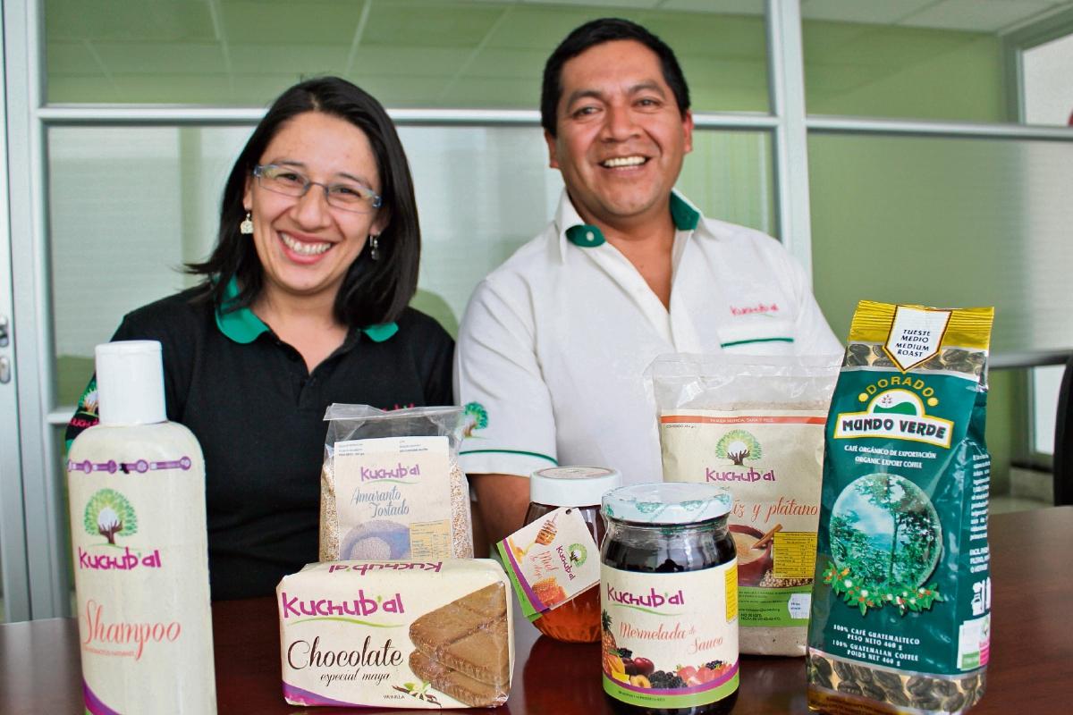 Claudia Ávila, encargada del área de comercialización de la marca, y José Luis Aguilar, coordinador de Kuchub'al.