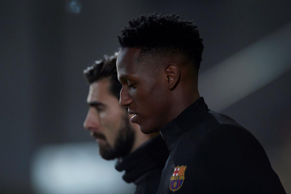 El defensa colombiano del FC Barcelona, Yerry Mina (d) y el centrocampista portugués, André Gomes (i), durante el entrenamiento realizado. (Foto Prensa Libre: EFE)