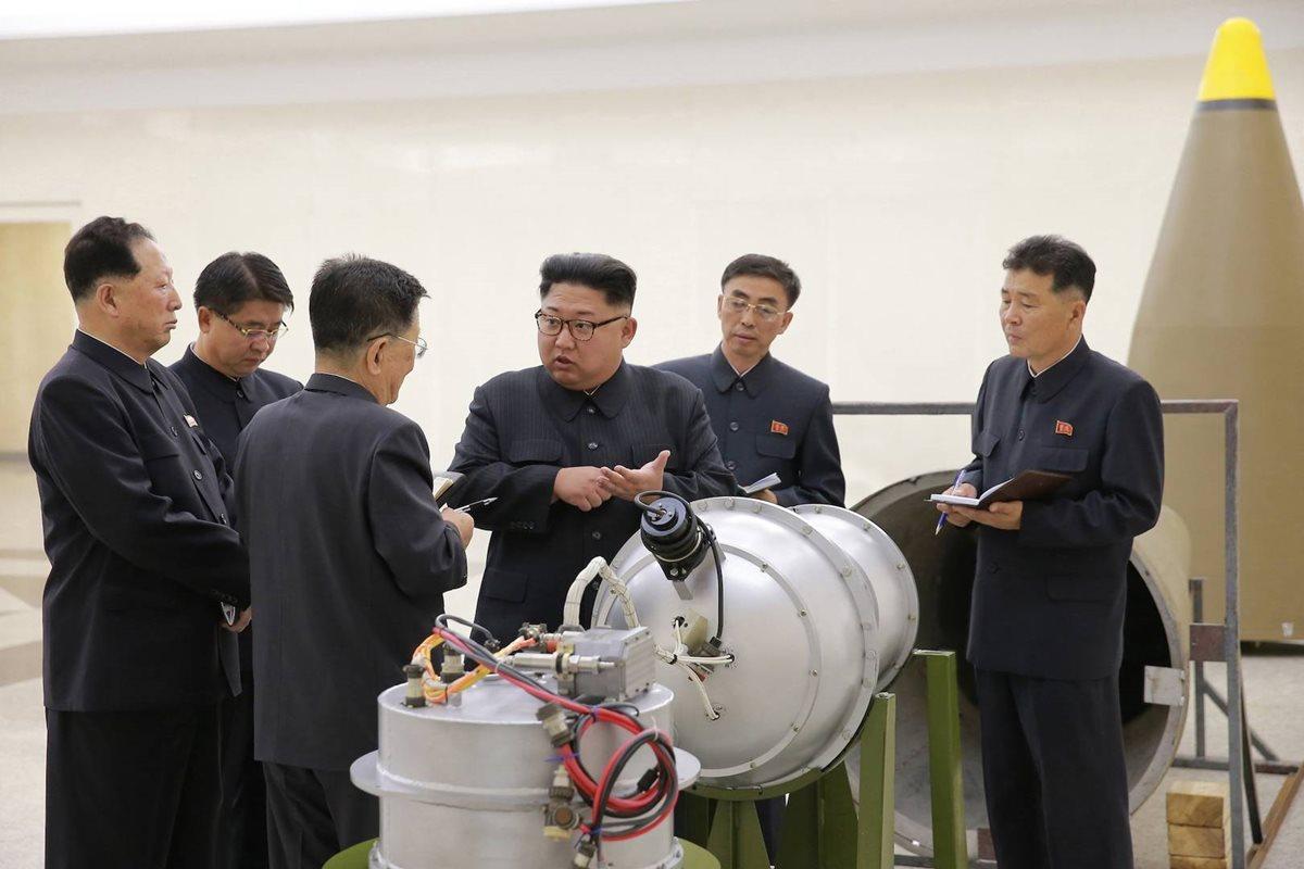 Imagen de Kim Jong-Un junto una bomba de hidrógeno, tomada en septiembre de 2017. (Foto Prensa Libre: EFE)