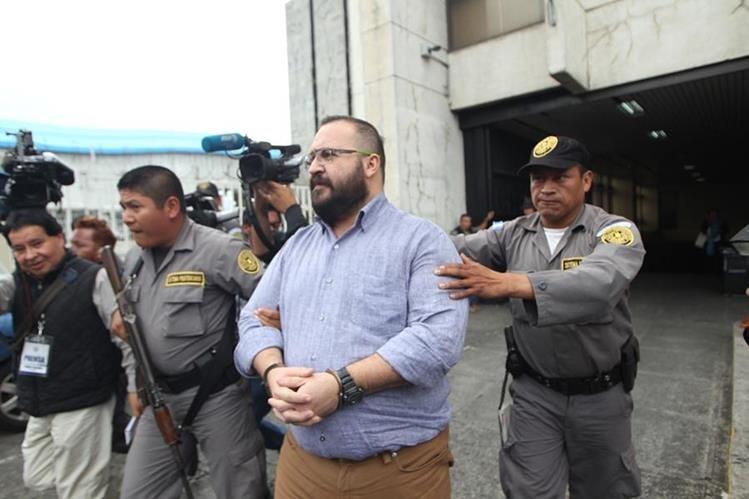 Javier Duarte durante uno de sus traslados a la Torre de Tribunales de Guatemala. (Foto Prensa Libre: Hemeroteca PL)