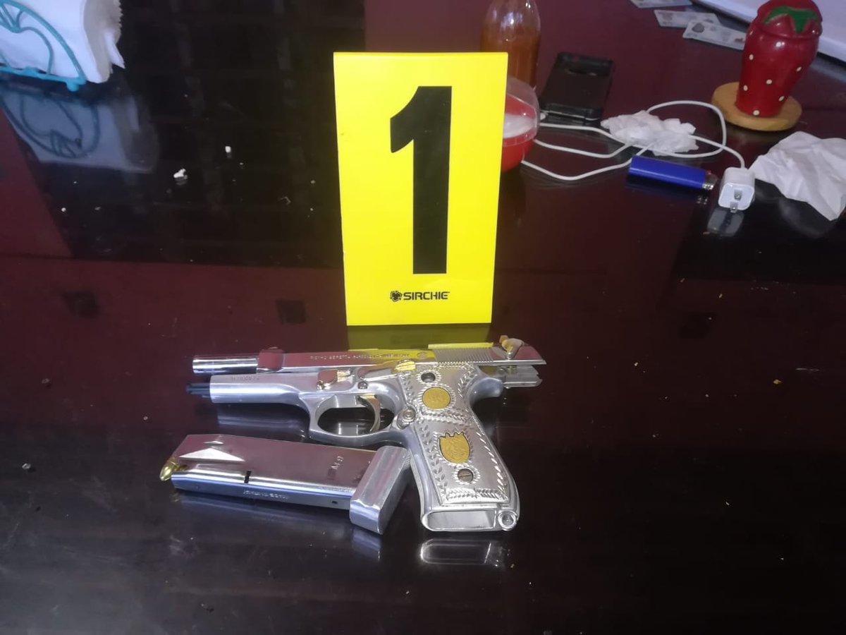 Autoridades incautaron una pistola durante los cateos contra estructura del narcotráfico. (Foto Prensa Libre: MP)