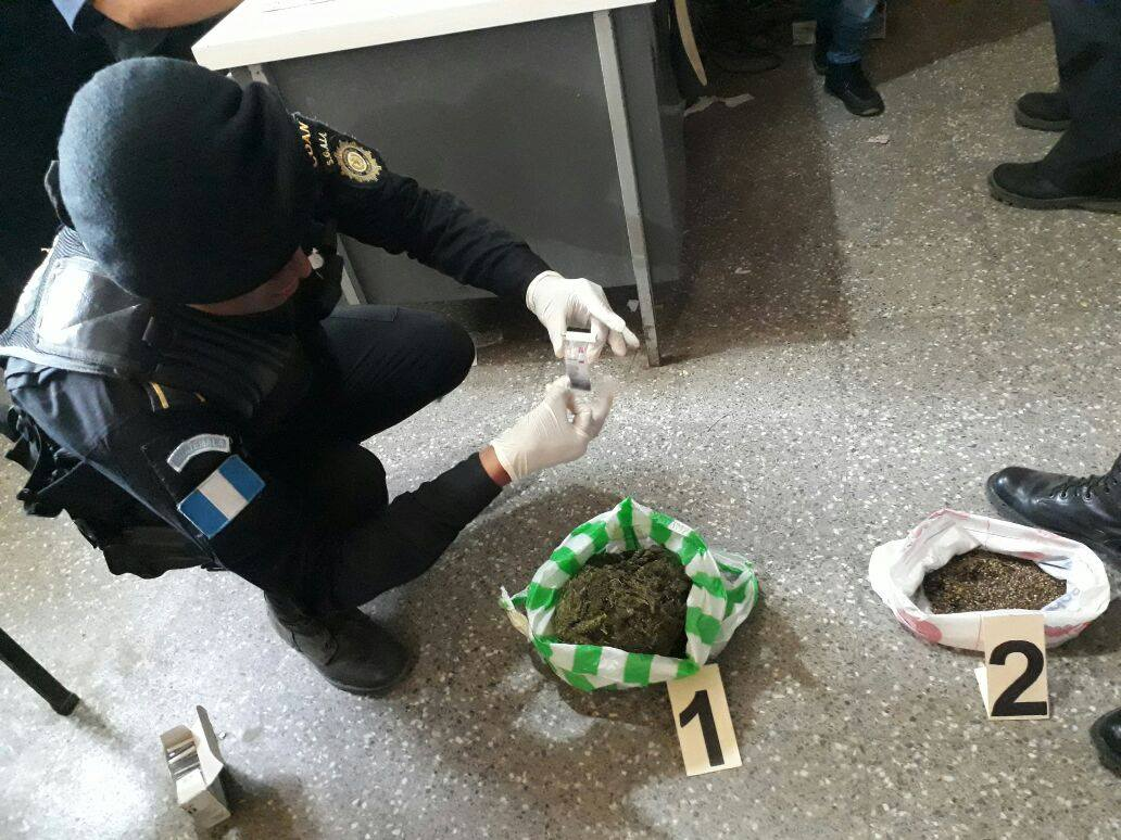Un agente de la PNC hace una prueba a parte de la droga localizada en la Granja Penal Cantel.