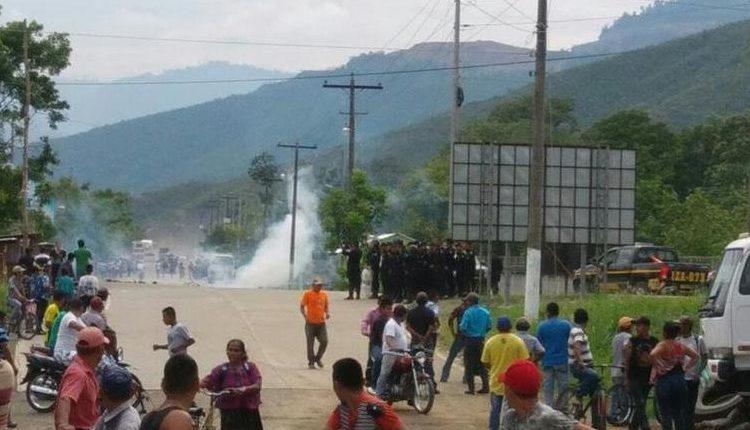 Las fuerzas de seguridad han tenido que intervenir para disolver protestas en El Estor, Izabal. (Foto Prensa Libre: Cortesía)