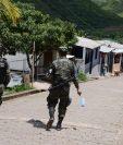 Militares vigilan un barrio hondureño acechado por las violentas pandillas. (Foto Prensa Libre: AFP).