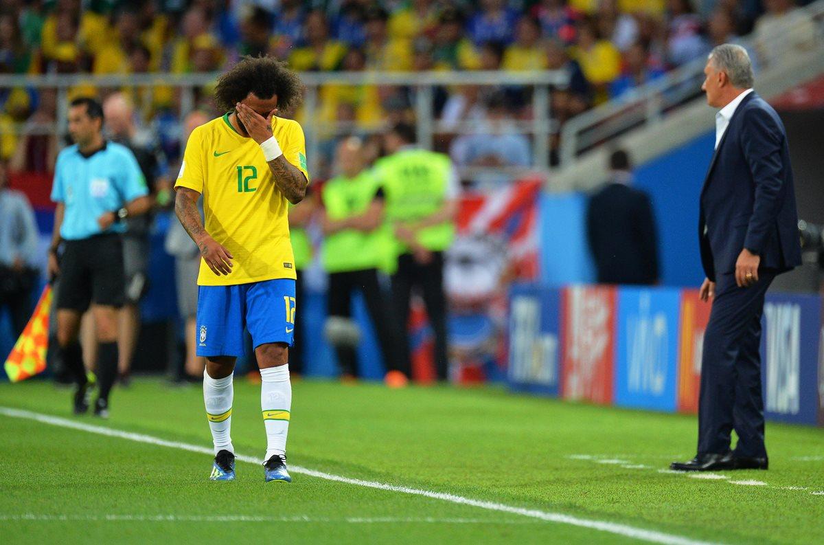 Marcelo preocupó a todos en Moscú al salir con las manos en el rostro y con evidentes signos de dolor en su espalda. (Foto Prensa Libre: EFE)