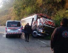Unidad de transporte público que se accidentó en el kilómetro 41 de la ruta a El Salvador. (Foto Prensa Libre: Cortesía CDBV)