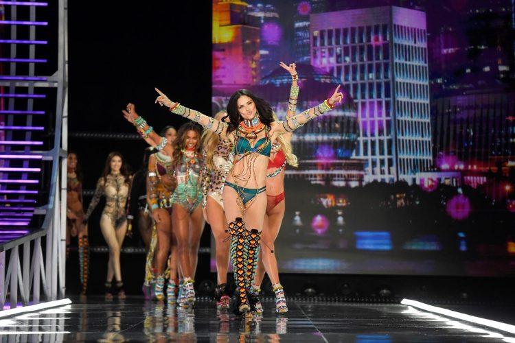 Al frente la brasileña Adriana Lima guía a las otras modelos durante el desfile deVictoria's Secret en China