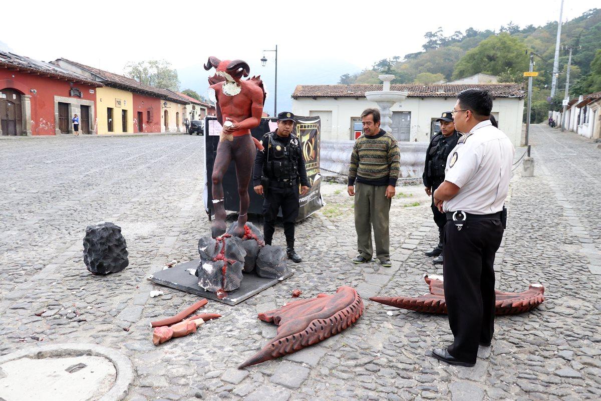 Figura del diablo que fue destruida por vándalos en el barrio La Concepción. (Foto Prensa Libre: Renato Melgar).