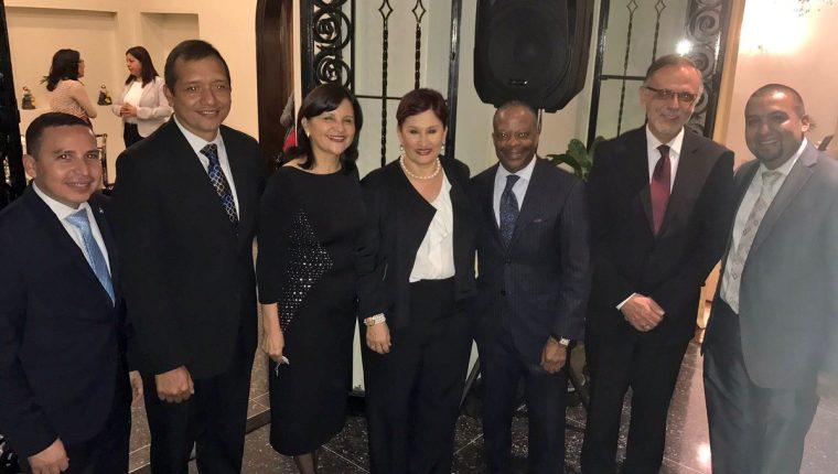 Funcionarios guatemaltecos posan en una fotografía junto al embajador Todd Robinson en su despedida. (Foto Prensa Libre: Embajada de Estados Unidos en Guatemala).