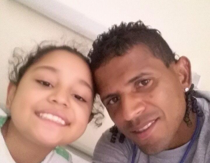 Karen sonríe junto a su padre David Espinoza. La pequeña fue diagnosticada hace un mes con leucemia. (Foto Prensa Libre: Cortesía David Espinoza)
