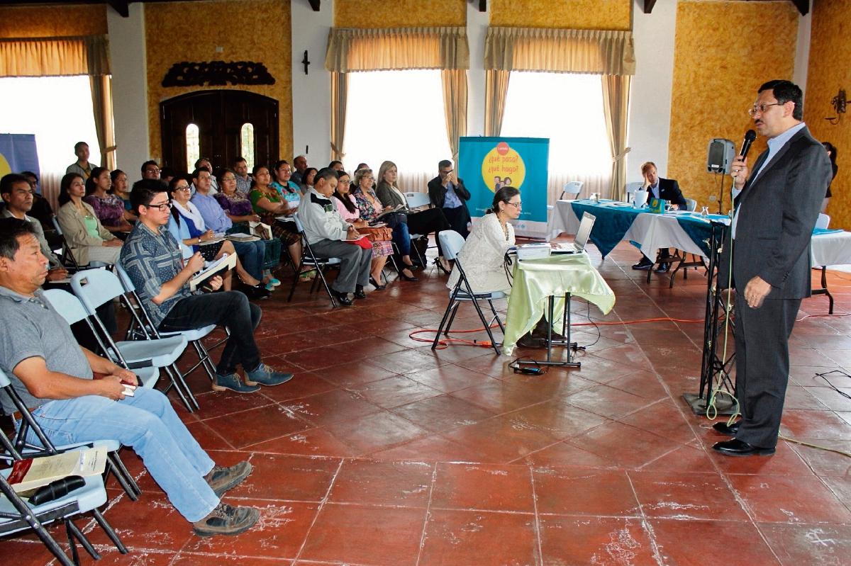 El viceministro de Relaciones Exteriores, Óscar Padilla, habla sobre campaña a representantes de distintas organizaciones, en Santa Cruz del Quiché.