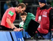 El videoarbitraje ha sido criticado para bien y para mal en el mundo del futbol. (Foto Prensa Libre: EFE)