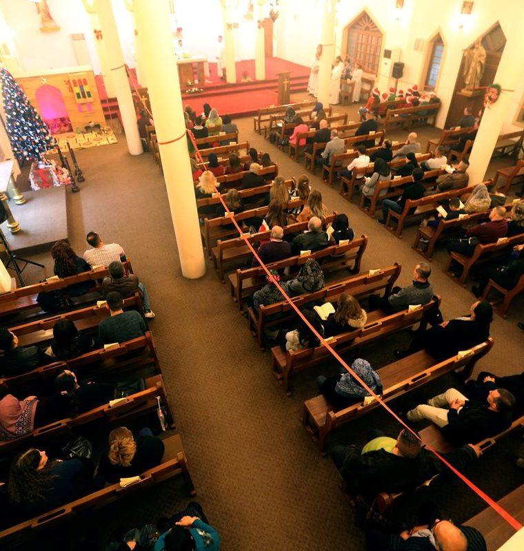 Fieles cristianos iraquíes participan en la Misa de Gallo en la iglesia Virgen María en Bagdad, Irak. (EFE).