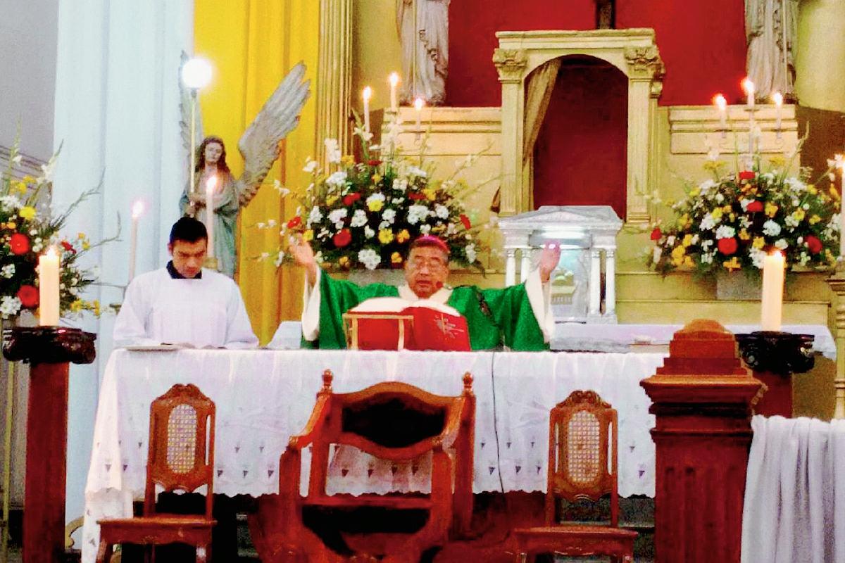 El Arzobispo Metropolitano, Oscar Vian, presidió la misa en la Iglesia de la Recolección. (Foto Prensa Libre: Paulo Raquec)