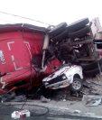 El tráiler chocó contra ocho vehículos y derribo tres postes de energía eléctrica. (Foto Prensa Libre: Cortesía Bomberos Voluntarios)