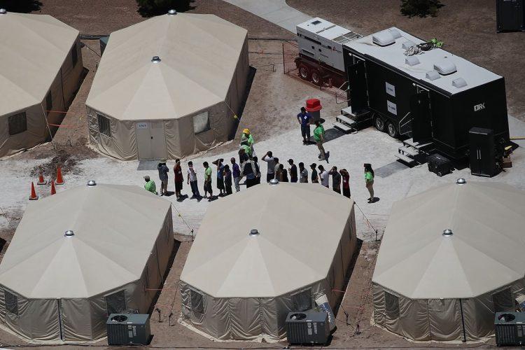 Las horas recién pasadas se han documentado cientos de niños migrantes separados de sus familias.