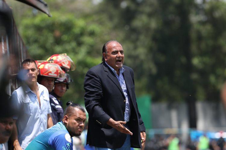 El técnico Pablo Centrone perdió el duelo táctico con Wálter Claverí. (Foto Prensa Libre: Francisco Sánchez).