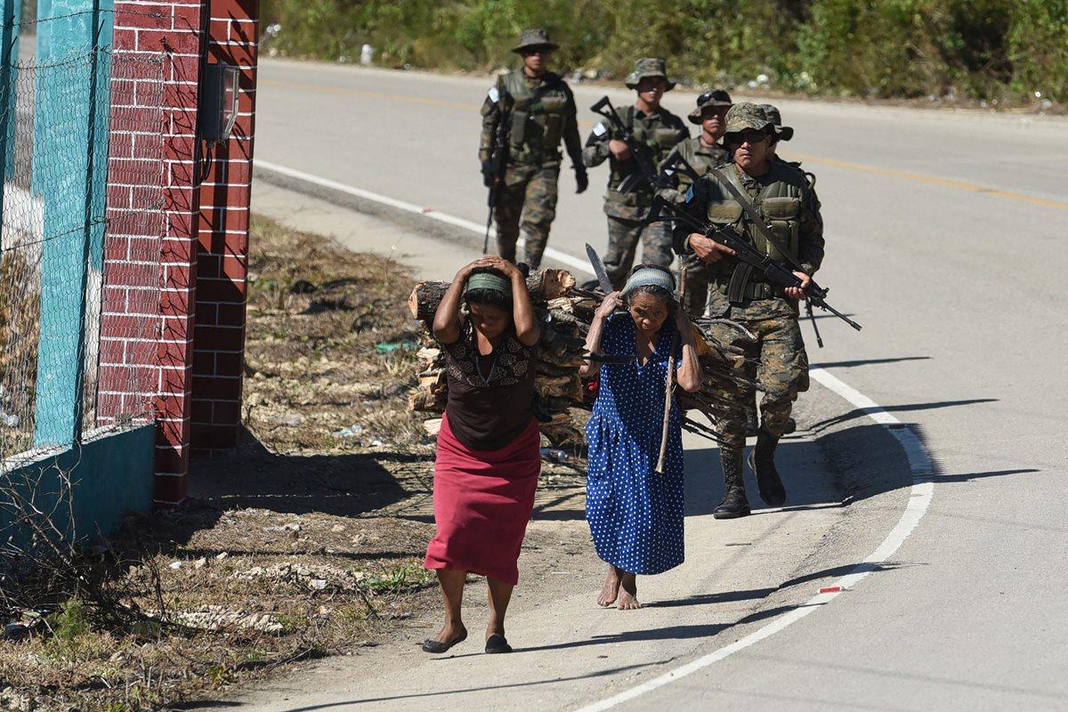La agenda de desarrollo planteada en los Acuerdos de Paz, sobre todo en áreas indígenas donde el conflicto armado fue cruento, ha sido relegada por sucesivos gobiernos. Escena captada ayer en Yalambojoch, Nentón, Huehuetenango. (Foto Prensa Libre: AFP)