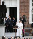 El papa Francisco saluda a los feligreses desde la Plaza de la Independencia, Filadelfia, Estados Unidos. (Foto Prensa Libre: AP).