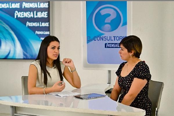 La cirujana dentista Patricia del Carmen Ramos habla de salud bucal. (Foto Prensa Libre: Ángel Elías)
