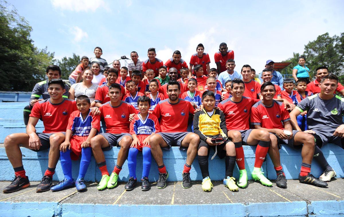 Niños de San Luis, Petén, conocen a sus ídolos rojos en El Trébol