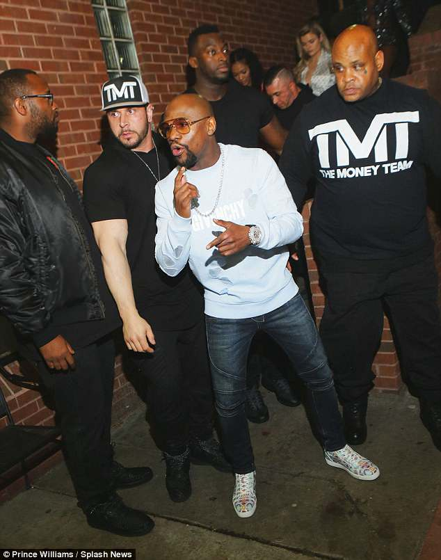 Floyd Mayweather siempre es acompañado por su grupo de seguridad. (Foto Prensa Libre: Hemeroteca PL)